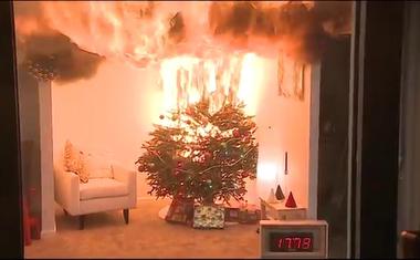 Döbbenetes videó, ennyi idő alatt ég le az egész lakás a karácsonyfa miatt!